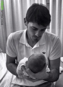 Iker presenta a su hijo Martin - 06/01/2014 720852299367229