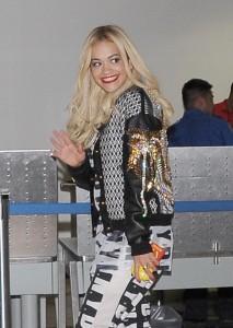 Nuevas fotos UHQ de Rita Ora en  DKNY en LA- 8 Marzo