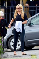 Amanda Bynes - Going to a movie theater in Westlake 3/22/14