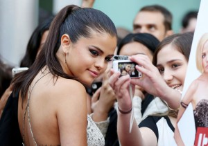 49e56c341972570 Selena Gomez   Behaving Badly screening in L.A. (July 29, 2014) ADDS candids