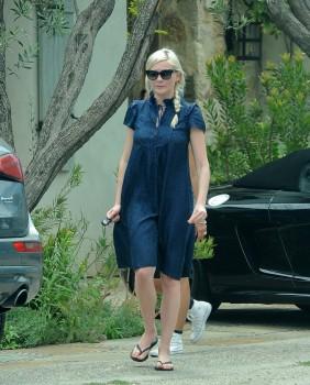 Kirsten Dunst - Malibu Stroll x 6 hq