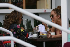 4ea80b342186415 Jennifer Lopez and Leah Remini shopping at Fred Segal in L.A. (July 30, 2014) candids