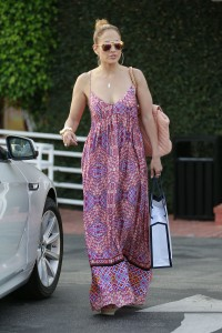 b832c1342185964 Jennifer Lopez and Leah Remini shopping at Fred Segal in L.A. (July 30, 2014) candids
