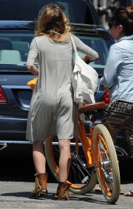 1852e9346464818 AnnaLynne McCords dress blew up to reveal her underwear in Venice, August 20 x 31 HQs candids