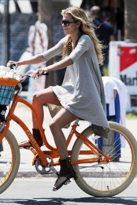 2b1ca4346464880 AnnaLynne McCords dress blew up to reveal her underwear in Venice, August 20 x 31 HQs candids