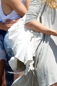 5364be346464857 AnnaLynne McCords dress blew up to reveal her underwear in Venice, August 20 x 31 HQs candids