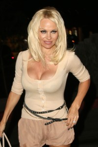 88cfb4346464451 Pamela Anderson leaving Chateau Marmont in Los Angeles, August 20 x 21 HQs candids