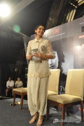 Sonam Kapoor visiting a Reliance Digital store in Mumbai to promote her film Raanjhanaa 6/21/13