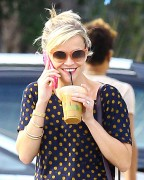 Reese Witherspoon after shopping for bakeware at Williams-Sonoma October 17-2014 x104
